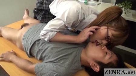 Kaoru Oshima kisses bottomless man