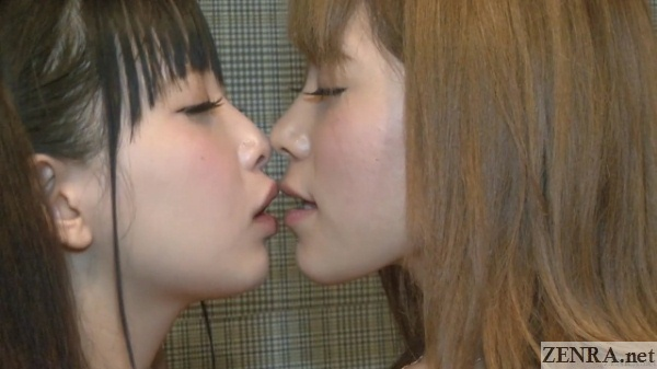 first lesbian kiss with tsumugi serizawa and friend