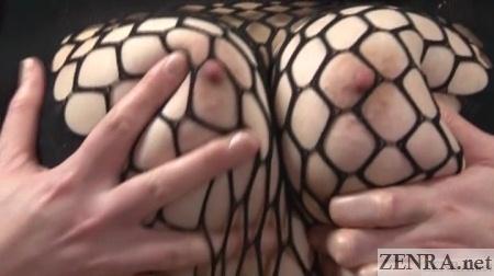 hoshino akari squeezes breasts together