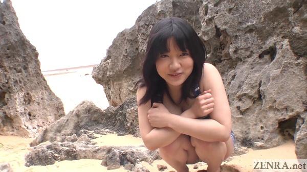 crouching smiling airi minami