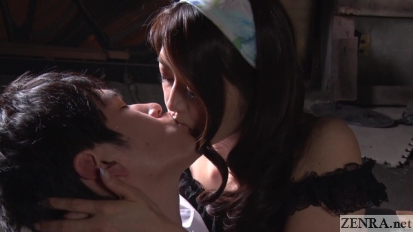 deep kissing maki hojo