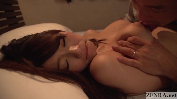 hatsumi saki big breasts squeezed and licked