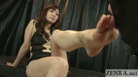 yuu kawakami foot licked by slave