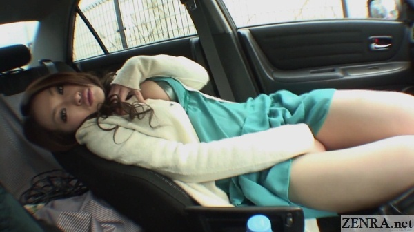 gyaru masturbating in car